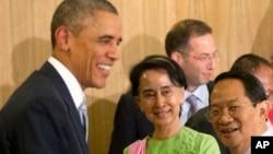 美國總統奧巴馬(左)在緬甸內比都遇上反對派議員、長期民主活動人士昂山素姬(中)。