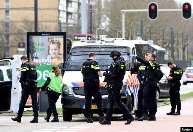 La policía, incluyendo agentes fuertemente armados, tomó la zona tras el tiroteo registrado el lunes 18 de marzo de 2019 en un tranvía en una concurrida intersección en Utrecht, Holanda..
