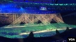 Một màn trình diễn ánh sáng kết hợp cùng với các vũ công trong lễ khai mạc Olympic Rio 2016, ngày 5 tháng 8 năm 2016, Rio De Janeiro, Braxin.
