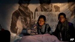 Ritu 18 ans (D) et Rupa, 19 ans, victimes d'attaques à l'acide par leurs proches, en grève de la faim pour réclamer des lois strictes contre ces attaques, New Delhi, Inde, 15 décembre 2014. (AP/Manish Swarup)