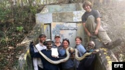 Los dos cazadores de serpientes de la India Vadivel Gopal y Masi Sadaiyan, posando con una serpiente junto a otras personas. Foto tomada durante sus ocho primeros días de trabajo en los Everglades, en Florida.