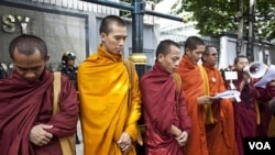 Para Bhiksu Budha ikut melakukan unjuk rasa di depan Kedutaan Burma di Bangkok (foto: dok).