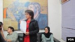 Suciwati, istri dari mendiang aktivis hak asasi manusia Munir dalam konferensi pers di kantor Kontras, Jakarta hari Rabu 19/10. (Fathiyah Wardah/VOA)