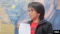 Suciwati, istri dari mendiang aktivis hak asasi manusia Munir dalam konferensi pers di kantor KontraS, Jakarta. (Foto: dok - VOA/Fathiyah Wardah)