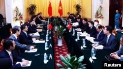 Perwakilan China yang dimpimpin Yang Jiechi melakukan perundingan dengan Vietnam di Hanoi, Rabu (18/6).