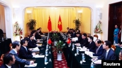 General view of the meeting between Chinese State Councilor Yang Jiechi (5th L) and Vietnamese Foreign Minister Pham Binh Minh (5th R) at the Government's Guesthouse, in Hanoi, June 18, 2014.