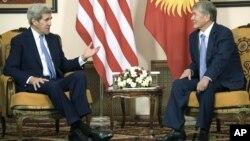 AQSh Davlat kotibi Jon Kerri (chapda) Qirg'iziston Prezidenti Almazbek Atambayev bilan, Bishkek, Qirg'iziston, 31-oktabr, 2015-yil.