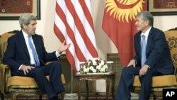 케리 미 국무장관이 중앙아시아 키르기스스탄을 방문해 알마즈벡 아탐바예프 대통령과 면담하고 있다.