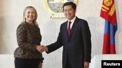 Xillari Klinton Mo'g'uliston Bosh vaziri Suxbaatar Batbold, Ulan-Bator, 9-iyul, 2012 yil.