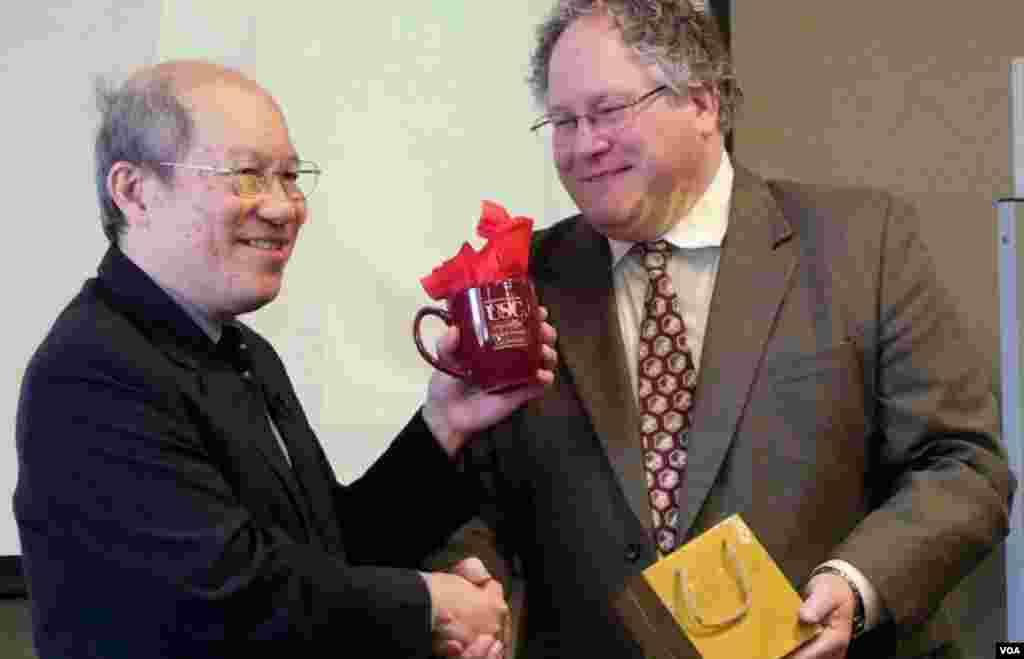 林和立获赠南加大纪念杯(美国之音国符拍摄)