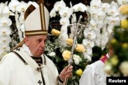 Paus Fransiskus usai memimpin misa malam Paskah di Basilika Santo Petrus di Vatikan, 20 April 2019.