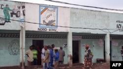 Những người ủng hộ ông Etienne Tshisekedi nói rằng họ không tin tưởng vào kết quả, bên ngoài trụ sở phe đối lập địa phương, Goma, 6/12/2011
