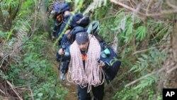 俄罗斯紧急事务部的救援人员在西爪洼萨拉克山的深谷中搜索
