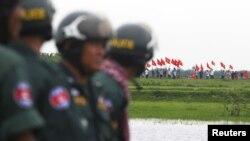 Binh sĩ Campuchia canh gác trong lúc các ủng hộ viên đảng Cứu nguy Dân tộc Campuchia (CNRP) tiến sát biên giới Campuchia-Việt Nam.