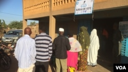Les Burkinabè font la queue dans un bureau de vote de Ouagadougou, le 29 novembre 2015. (VOA/Bagassi Koura)