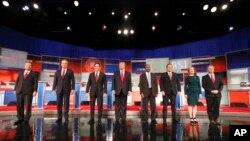 Tám ứng cử viên tổng thống của đảng cộng hòa. Từ trái: John Kasich, Jeb Bush, Marco Rubio, Donald Trump, Ben Carson, Ted Cruz, Carly Fiorina và Rand Paul tại Nhà hát Milwaukee, ngày 10/11/2015.