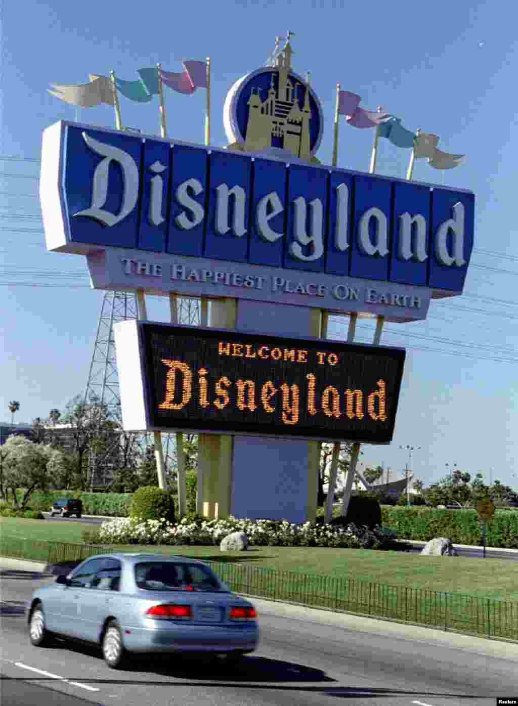 A sign at the entrance to Disneyland welcomes guests to the Anaheim theme park April 22, 1995.