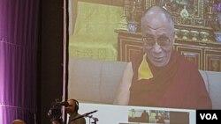 Dalai Lama berbicara melalui video konferensi dalam acara peringatan HUT ke-80 Uskup Desmond Tutu dekat Cape Town, Afsel (8/10). Pemerintah Afsel menolak permohonan visa Dalai Lama.