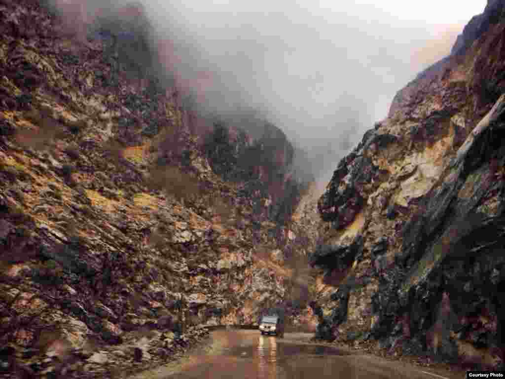 Drive through Mahi-Par Par Mountain Pass from Jalalabad to Kabul in eastern Afghanistan on a rainy day (Photo taken by Bismillah/Afghanistan/VOA reader)