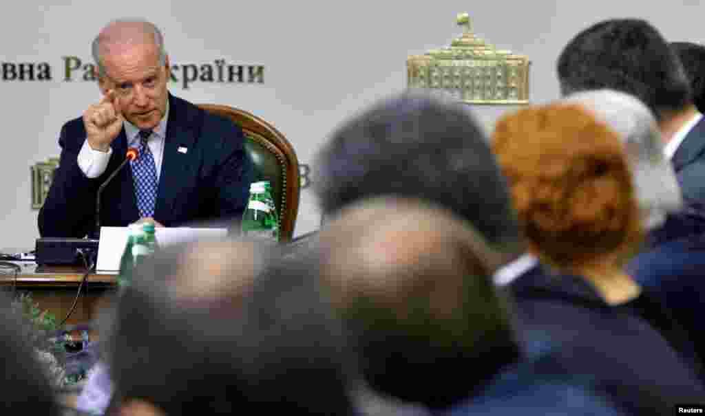 Phó Tổng thống Mỹ Joe Biden phát biểu với các thành viên Quốc hội Ukraine tại Kiev, ngày 22/4/2014. Phó Tổng thống Biden cũng cho biết Hoa Kỳ sẵn sàng giúp Ukraine được độc lập về năng lượng và không phải phụ thuộc vào khí đốt của Nga.