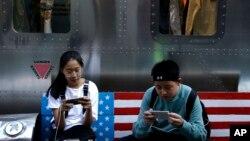 Para remaja lebih banyak menggunakan waktunya untuk melihat ponsel pintarnya (foto: ilustrasi).