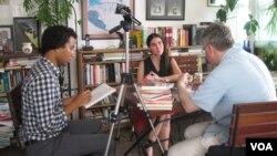 La bloguera cubana, Yoani Sánchez, durante su entrevista con la Voz de América en su apartamento en La Habana. (Jerome Socolovsky, VOA).