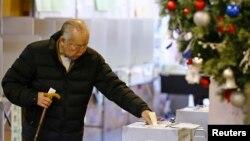 Một người đi bỏ phiếu trong cuộc bầu cử hạ viện ở Tokyo, ngày 14 tháng 12, 2014.