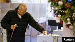 Một người đàn ông bỏ phiếu ở Tokyo.