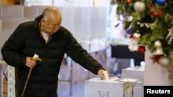 一名日本老人在首都東京一個投票站。日本星期天舉行國會眾議院選舉。