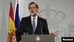 西班牙首相拉霍伊在马德里的内阁会议上发表声明。(2017年10月27日)