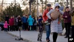 北京红黄蓝幼儿园门口送孩子来上幼儿园的家长 (2017年11月24日)