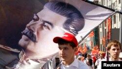 Dövlət təbliğatının sayəsində ilə bir çox ruslar İosif Stalini ölkə tarixinin ən görkəmli şəxsiyyəti hesab edirlər.