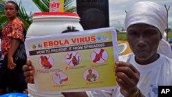 14일 라이베리아 몬로비아에서 한 여성이 에볼라 감염 예방을 홍보하는 팜플렛을 들고 있다.