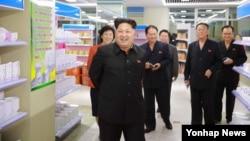북한 김정은 국방위원회 제1위원장이 평양 미래과학자거리에 새롭게 개점한 창광상점을 현지 지도했다고 조선중앙통신이 25일 보도했다. (자료사진)