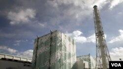 Reaktor PLTN Fukushima Daiichi No. 6 (kiri) dan No.5 (20/2).