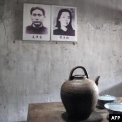八角楼内的毛泽东与贺子珍的照片