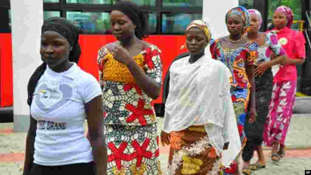 'Yan makaranta mata da suka kubuta da daga sakadaren gwamnati na Chibok a wurin ganawa da Goodluck Jonathan, 22 ga Yuli 2014.