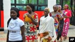 Các nữ sinh thoát khỏi nhóm chủ chiến Boko Haram đến gặp Tổng thống Nigeria Goodluck Jonathan tại Abuja, Nigeria, ngày 22/7/2014.