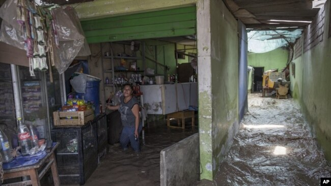 Una nueva ronda de lluvias inusualmente fuertes ha matado al menos a una docena de personas en Perú y ahora amenaza con inundaciones en la capital.