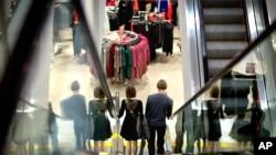 一对夫妇在美国亚特兰大的一处购物中心采购。商务部最新报告显示,2013年第一季度年经济增长率达到2.5%,消费者开支增加推动了经济增长。