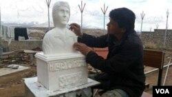 Tahanan Afghanistan, Shir Hussain Hoaida, membuat patung Hillary Clinton (foto: dok).