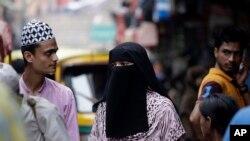 22일 인도 뉴델리 시장에서 한 이슬람교 여성이 히잡을 쓰고 걸어가고 있다.
