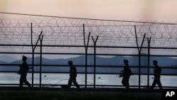 북한 경비정 1척이 연평도 인근 서해 북방한계선을 침범해 한국 군의 경고사격을 받고 퇴각한 7일 한국 군 병사들이 비무장지대 인근에서 경계근무를 서고 있다.