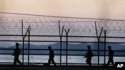 지난해 10월 북한 경비정 1척이 연평도 인근 서해 북방한계선을 침범해 한국 군의 경고사격을 받고 퇴각한 후 한국 군인들이 비무장지대 인근에서 경계근무를 서고 있다. (자료사진)