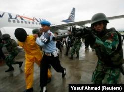 TNI AU menangkap seorang teroris tiruan dalam latihan anti-teror di bandara Sultan Hasanuddin di Makassar, 31 Desember 2008. (Foto: REUTERS/Yusuf Ahmad)