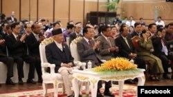 នាយករដ្ឋមន្ត្រីនេប៉ាល់លោកខាត់ហ្គា ប្រាសាត សាម៉ា អូលី (Khadga Prasad Sharma Oli) ជួបជាមួយលោកនាយករដ្ឋមន្រ្តីហ៊ុនសែននៅសណ្ឋាគារសុខាភ្នំពេញនៅថ្ងៃទី១៤ខែឧសភាឆ្នាំ២០១៩។(Facebook/Samdech Hun Sen, Cambodian Prime Minister)