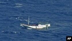 지난 7월 호주로 향하다 인도네시아 인근 해상에서 구조된 난민선. (자료사진)