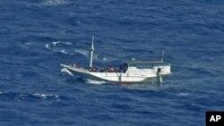 Foto yang dirilis oleh Tim SAR Indonesia, memperlihgatkan gambar sebuah perahu kayu yang diperkirakan mengangkut sedikitnya 180 pencari suaka ke Australia terombang ambing di perairan sekitar Christmas Island, Australia, 4 Juli lalu (Foto: dok).