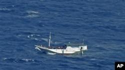 Ảnh do Trung tâm Tìm kiếm và Cứu hộ cho thấy một chiếc thuyền gỗ được cho là chở đến 180 người xin tị nạn trôi dạt trên vùng biển ngoài khơi đảo Christmas, Australia, tháng 7/2012