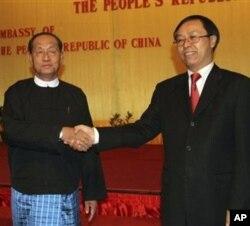 资料照片:中国驻缅甸大使李军华(右)